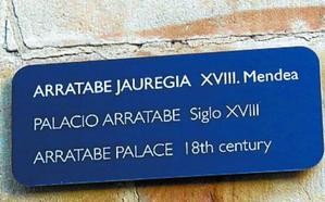 Aretxabaleta identifica con placas los edificios con valor histórico