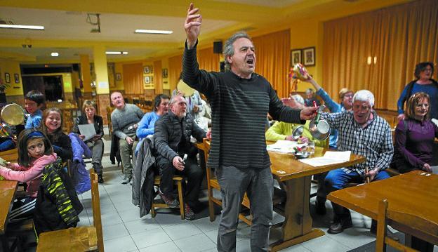 Patxi Zayas dirige el ensayo de a comparsa de Caldereros, el pasado jueves en la Irungo Atsegiña. / F. DE LA HERA