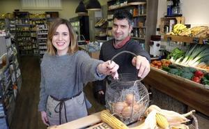 Oscar Etxebeste y Helena Martínez (La Bioteka): «Lo ecológico es algo más que un sello, es una forma de vida»