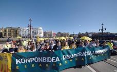 Paraguas amarillos en Donostia contra el juicio del procés