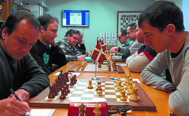 El equipo de Primera categoría de ajedrez cede el liderato en la Liga Kutxa