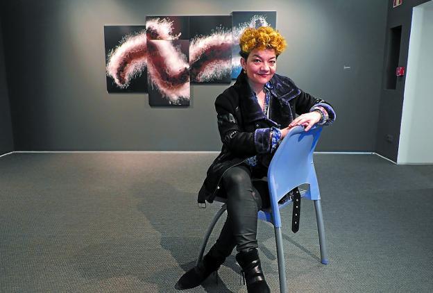 Pilar Soberón posa en la sala Menchu Gal, ante una de las obras que expone hasta mayo. /  F. DE LA HERA