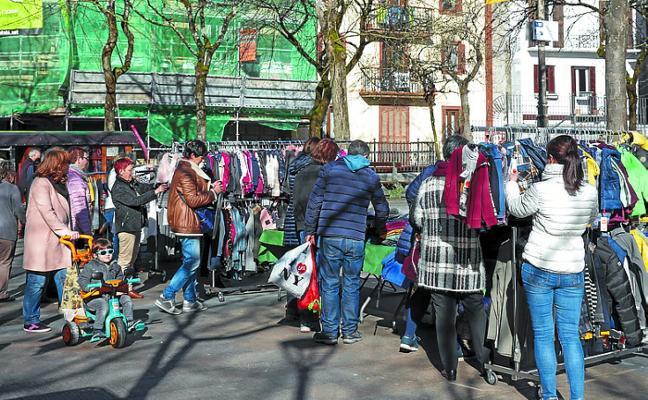 Los diversos puestos de la Feria del Stock abarrotaron Plaza Berri