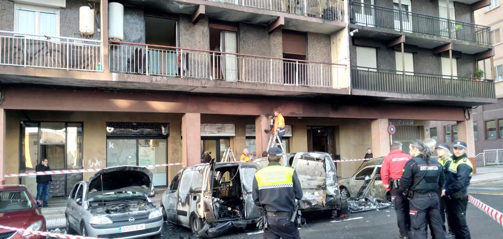 Cuatro vehículos calcinados por un incendio en Errenteria
