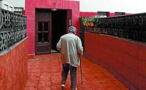 «Una vecina murió hace unos meses después de casi 10 años sin poder salir de su casa»