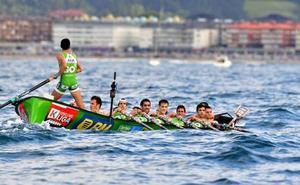 La mar pone a prueba a las traineras en Hondarribia