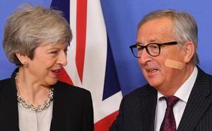 La rebelión de tres ministros contra un 'brexit' abrupto debilita a May ante la UE