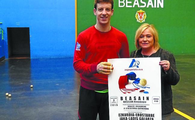El pelotari local Beñat Garmendia, en el cartel de partidos del Antzizar