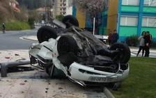 Espectacular vuelco de un vehículo sin heridos en una calle de Arrasate