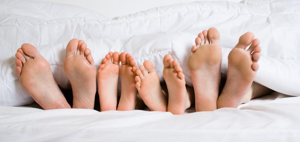 Las madres duermen menos que los padres