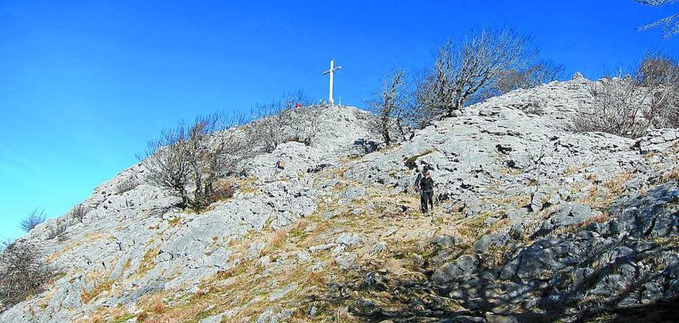 Mirando a las cruces de Tolosaldea