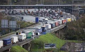 La masiva llegada de camiones colapsa durante horas la AP-8 en Irun