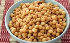 Trucos básicos de cocina: cómo ablandar garbanzos o pelar uvas