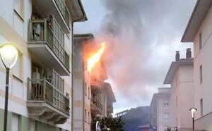 Una persona evacuada al hospital en el incendio de una vivienda en Legazpi