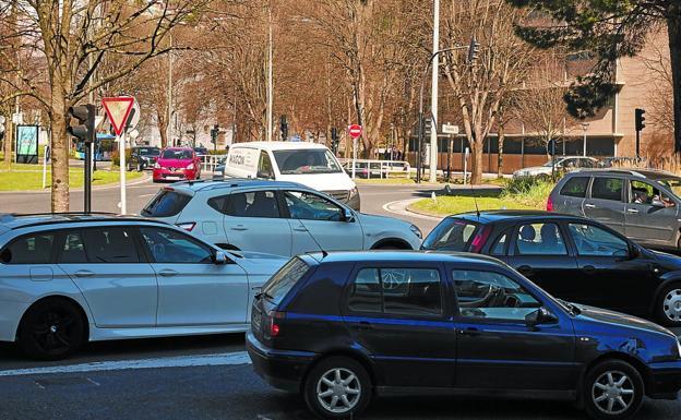 Tráfico de vehículos por el barrio de El Antiguo de Donostia./USOZ