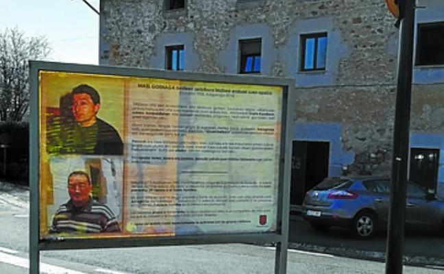 Un cartel recuerda en Sorabilla el espacio dedicado al sacerdote Mikel Goenaga