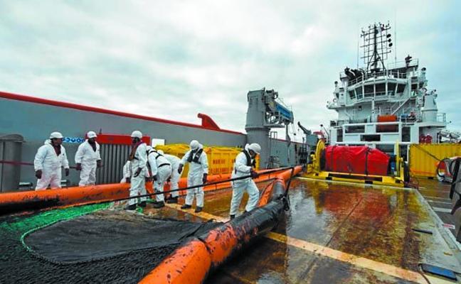 La detección de una tercera mancha confirma que sigue saliendo fuel del mercante hundido