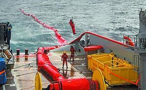 Los equipos franceses creen que la marea negra no llegará esta semana a la costa