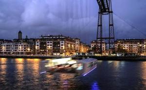 Los turistas no perdonan la foto en el Puente Colgante