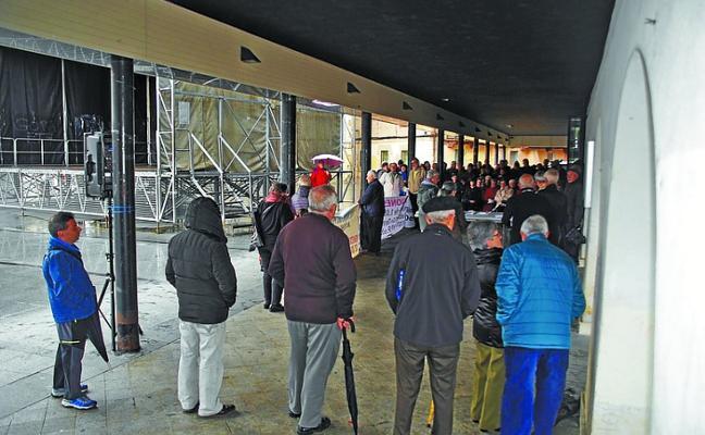 Nueva concentración de jubilados y pensionistas pidiendo una involucración del Ayuntamiento