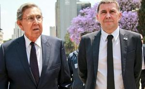 Otegi se pone la corbata en México
