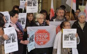 Concentración contra el desahucio de una familia de una VPO en San Sebastián