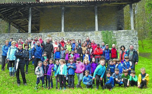 Escolares y padres en la salida con el Pol Pol