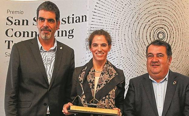 Premiada. Itziar Estévez, entre Eneko Goia y Ernesto Gasco./