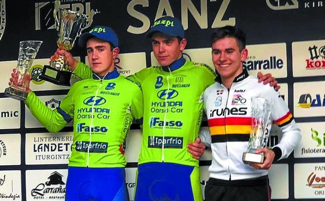 Beñat Carbayeda y Haimar Etxeberria, del BAzpi, suben al podio en la prueba ciclista de Azpeitia
