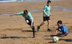 Alrededor de 1700 jugadores y 128 equipos han jugado 64 partidos en una misma mañana en la playa de Zarautz
