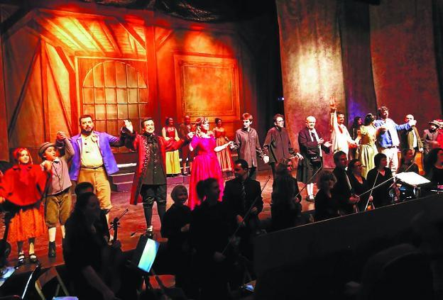 Los artistas saludan al final de la representación de 'Werther' el domingo en el Amaia irunés. / DV