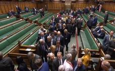 El Parlamento quita las riendas del 'brexit' a May con la dimisión de tres miembros del Gobierno