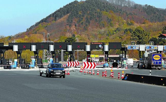 El peaje de Irun ya cuenta con diez vías actualizadas y encara hasta julio las obras de las cuatro restantes