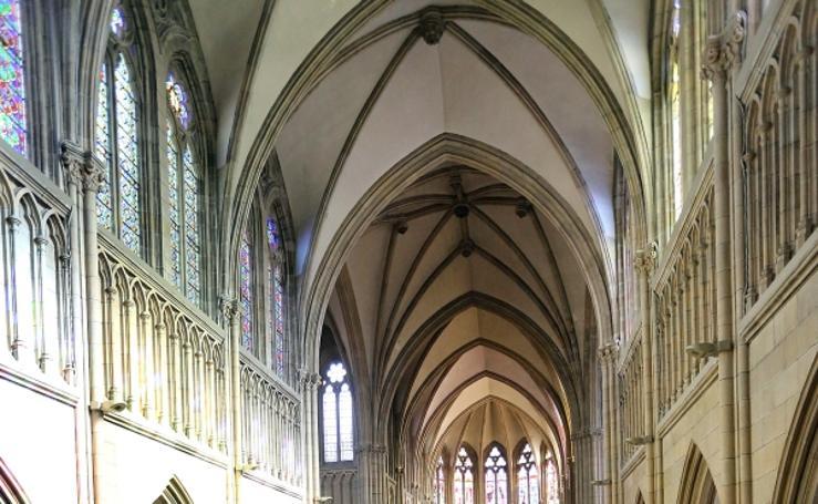Caen cascotes del techo de la catedral durante la misa
