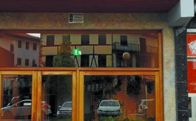 El ayuntamiento de Bera retira cinco placas franquistas de viviendas