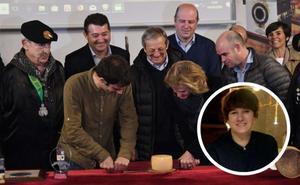 El corte del nuevo queso Idiazabal vuelve a manos femeninas seis años después