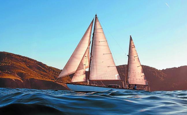El velero clásico 'Lucretia' estrena sus paseos por la bahía de Pasaia