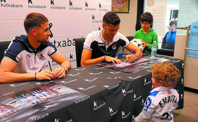 Sesión de firmas de los jugadores de la Real, Januzaj y Merino
