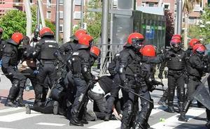 La Ertzaintza carga contra radicales que protestaban contra un acto de Vox en Bilbao