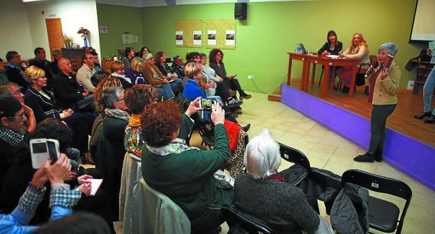 Gure Morada. Numeroso público se acercó a escuchar la conferencia sobre prostitución impartida por Mabel Lozano./FOTOS: F. DE LA HERA