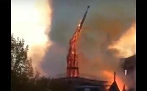 Vídeo: Así fue la caída de la aguja de la catedral de Notre Dame