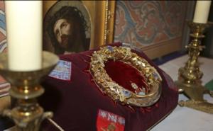 Los tesoros salvados: la Santa Corona de Cristo y la túnica de San Luis