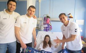 Burjanadze, Van Lacke y Sekulic, de visita en el Hospital Donostia