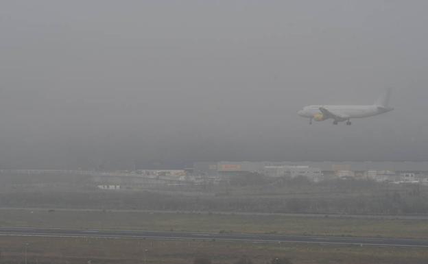 Cinco vuelos desviados por causa de la niebla en el aeropuerto de Loiu