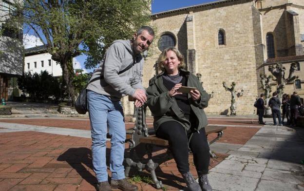Josué Susperregi y Elena Torregarai presentaron ayer la aplicación. / F. DE LA HERA