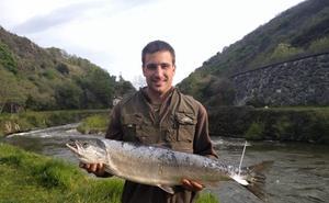 Pagan 1.800 euros por el primer salmón del Bidasoa
