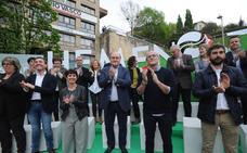 Ortuzar censura que Iglesias «erosiona el autogobierno» mientras sujeta la ikurriña