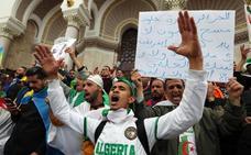Una inmensa multitud de argelinos toma las calles por noveno viernes consecutivo
