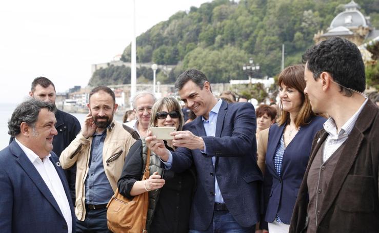 Pedro Sánchez se da un baño de multitudes en Donostia