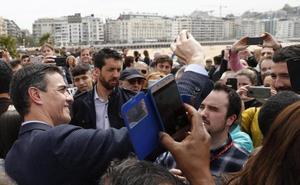 Baño de selfis en La Concha para Pedro Sánchez